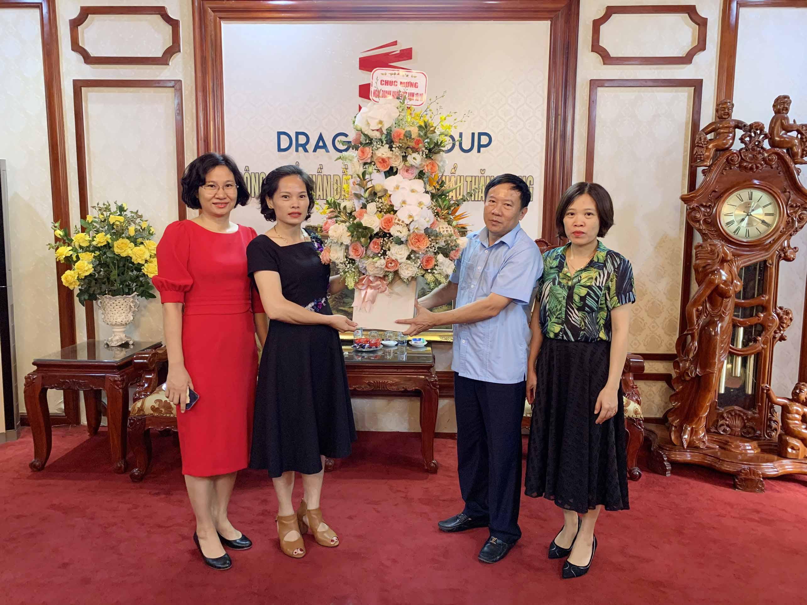 Đại diện Kho Bạc Nhà Nước Thái Bình tặng hoa chúc mừng bà Vũ Thị Thà nhân ngày Doanh nhân Việt Nam.